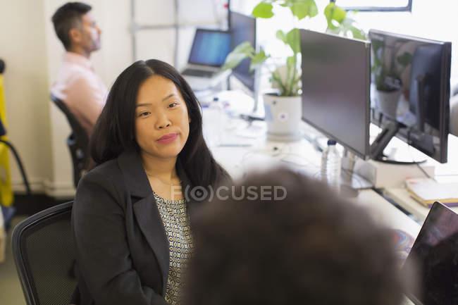 Empresária ouvindo colega no cargo — Fotografia de Stock
