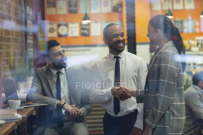 Pessoas de negócios sorrindo aperto de mão no café — Fotografia de Stock