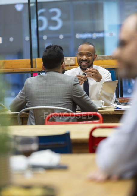Empresários falando, trabalhando no café — Fotografia de Stock