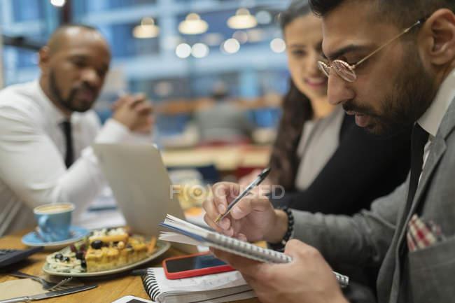 Business-Leute schreiben, arbeiten im café — Stockfoto