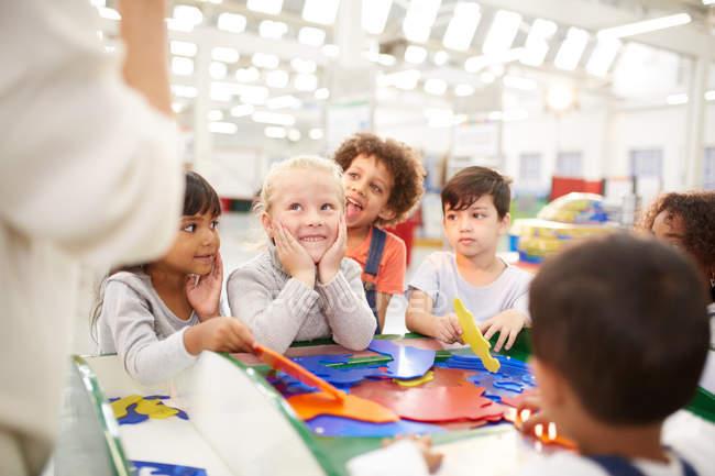 Діти грають в науковому центрі — стокове фото