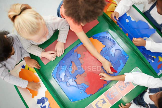 Vista da sopra, bambini che giocano alla Mostra interattiva nel centro di scienza — Foto stock