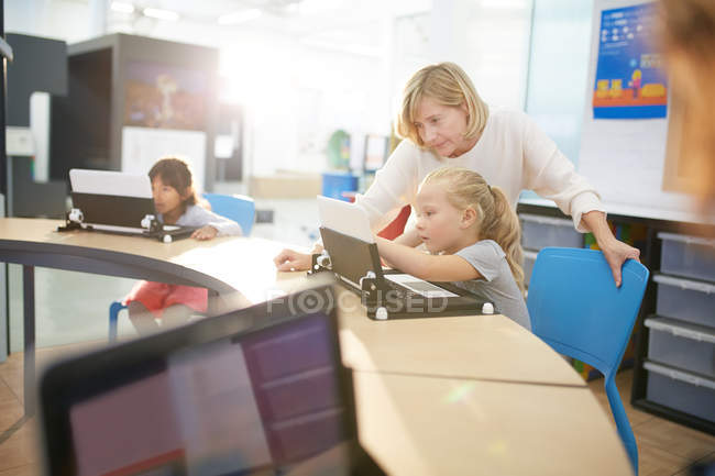 Lehrer und Schüler, die mit laptop — Stockfoto