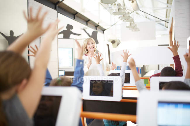 Lehrer und eifrige Studenten im Science center — Stockfoto