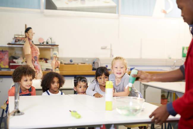 Neugierige Kinder beobachten wissenschaftliches Experiment im Science center — Stockfoto
