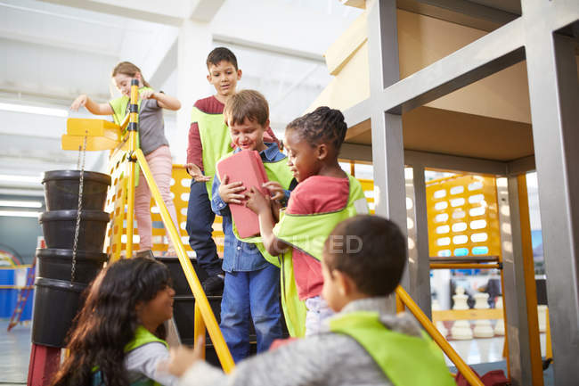 Kids playing with toy bricks at interactive construction exhibit in science center — Stock Photo