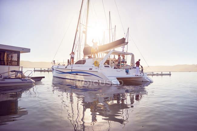 Катамаран з людьми в Сонячний океану гавані — стокове фото