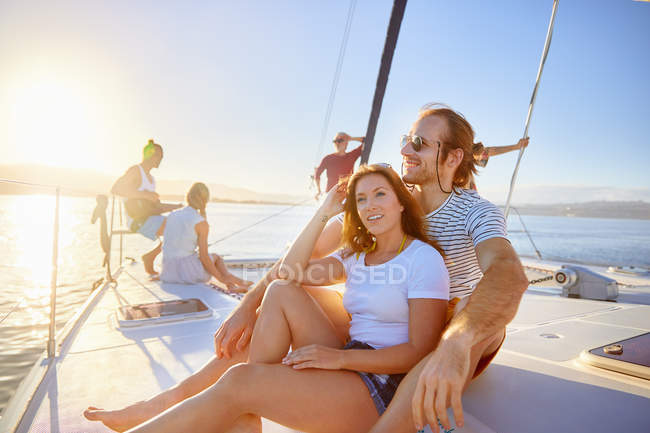 Coppia relax in barca soleggiata — Foto stock