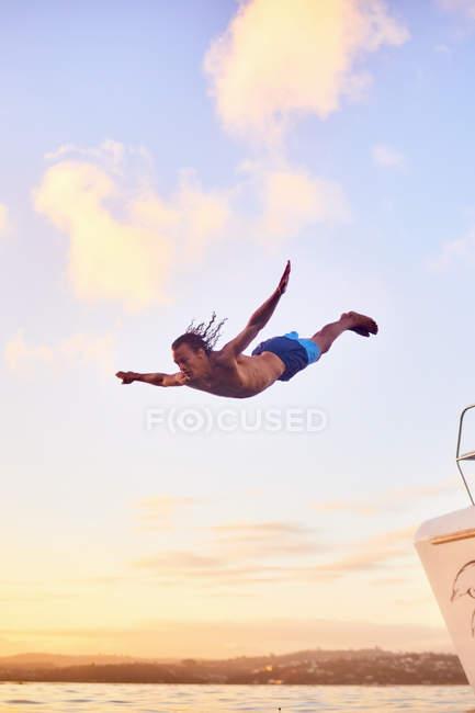 Giovane uomo che si tuffa nell'oceano — Foto stock