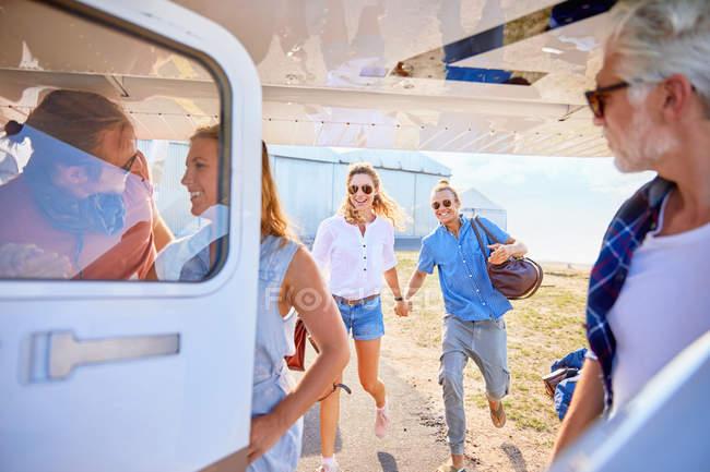 Amici imbarco piccolo aeroplano — Foto stock