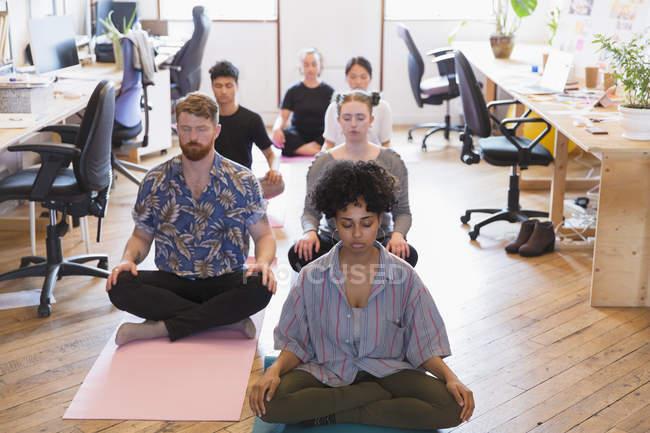 Творчі ділових людей розмірковуючи в офісі — стокове фото