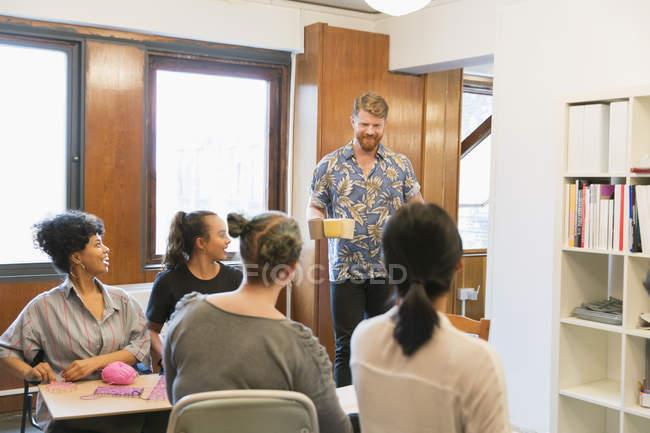 Homme d'affaires créative qui dessert café et le thé à ses collègues — Photo de stock