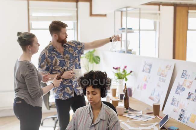 Kreative Designer, die Prüfung der Flaschen im Büro — Stockfoto