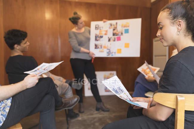 Progettisti creativi brainstorming, revisione delle prove in riunione d'ufficio — Foto stock