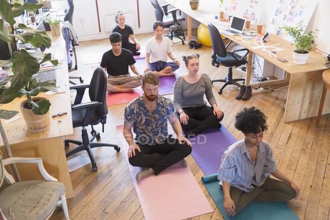 Безтурботний творчі бізнесменів розмірковуючи в офісі — стокове фото