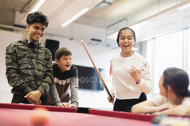 Heureux adolescents jouant au billard dans le centre communautaire — Photo de stock