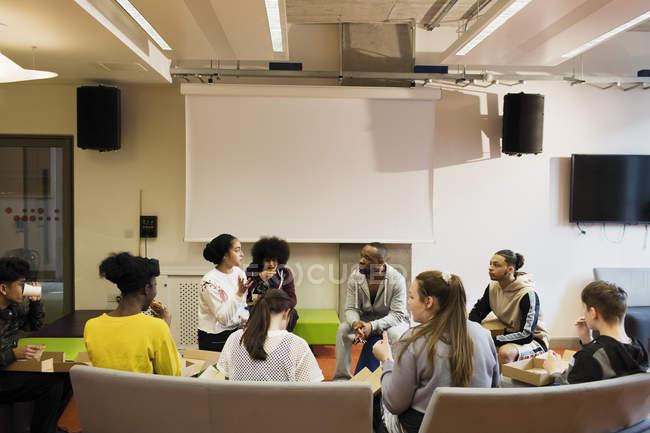 Adolescents et mentor parler au centre communautaire — Photo de stock