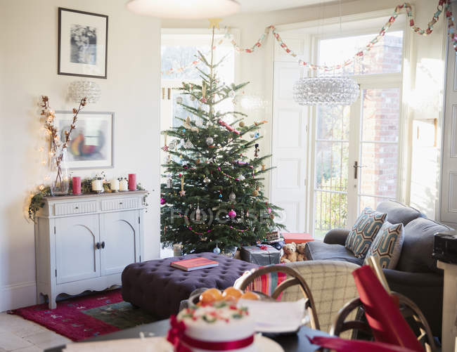 Festlich geschmückter Weihnachtsbaum und Wohnzimmer — Stockfoto