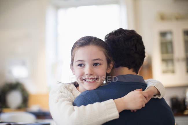 Feliz filha abraçando pai — Fotografia de Stock