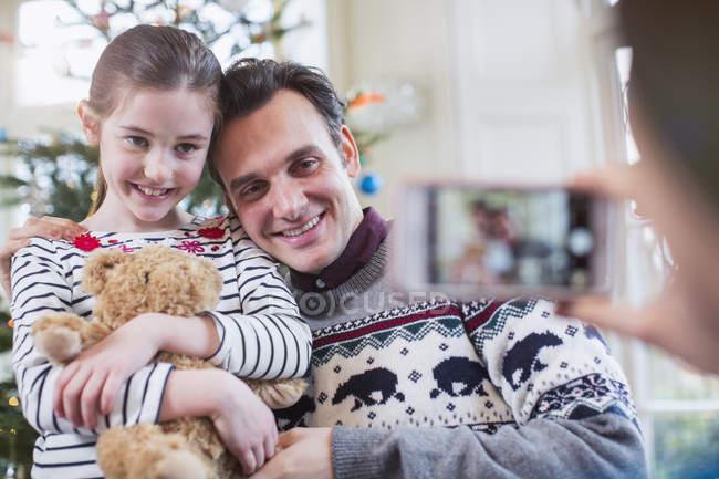 Pai e filha posando para fotografia na sala de estar de Natal — Fotografia de Stock