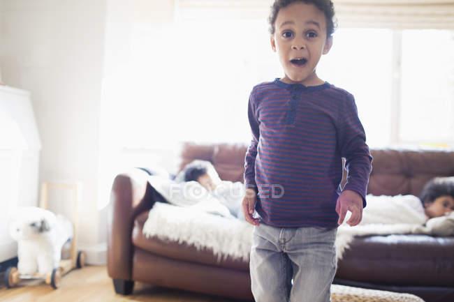 Porträt verspielter Kleinkind Junge macht ein Gesicht — Stockfoto