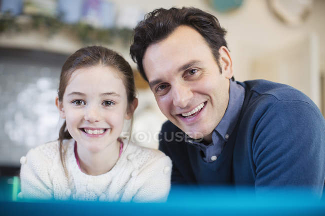 Retrato sorrindo pai e filha — Fotografia de Stock