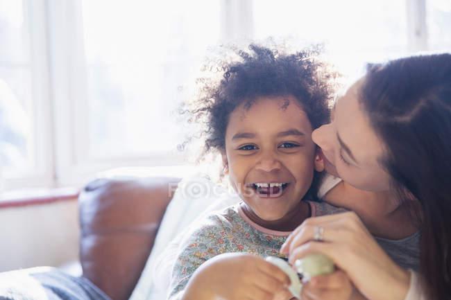 Портрет счастливая, ласковая мать и дочь — стоковое фото