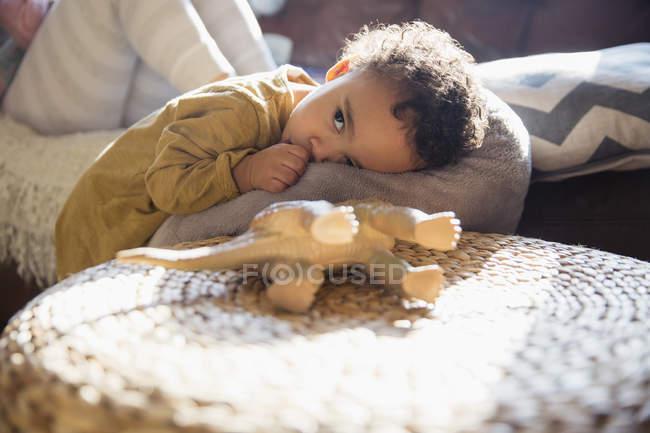 Müde, niedlicher Junge am Daumen lutscht — Stockfoto
