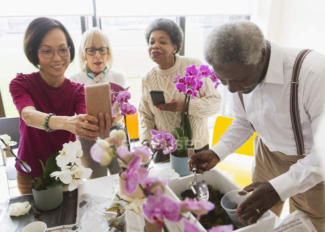 Active seniors enjoying flower arranging class — Stock Photo