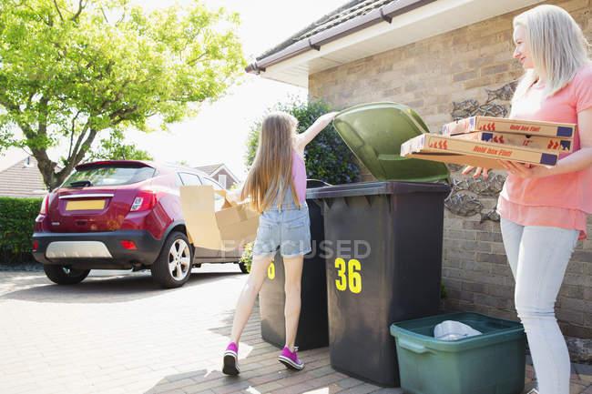 Mère et fille recyclant le carton dans l'allée — Photo de stock