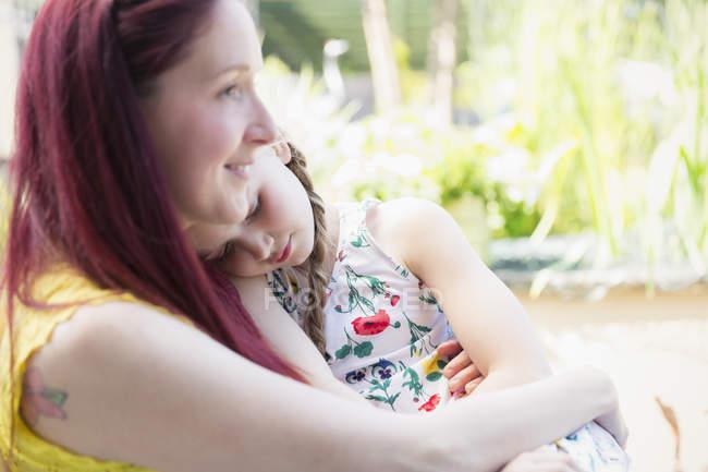 Ласковая мать держит дочь — стоковое фото