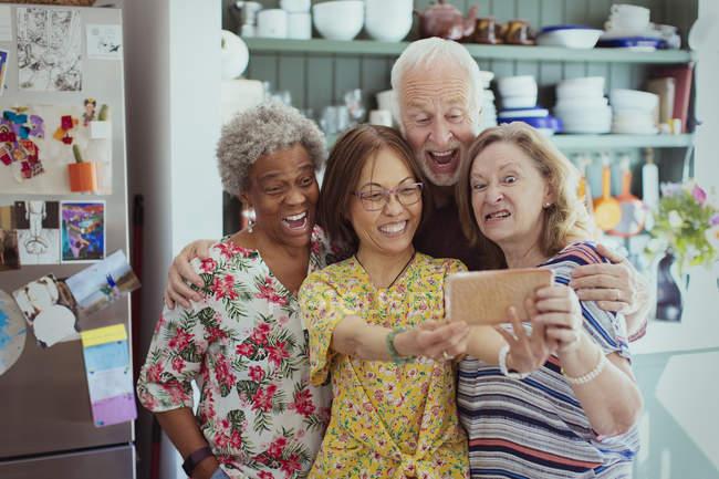 Felizes, brincalhão idosos ativos tendo selfie com a câmera do telefone, fazendo caretas — Fotografia de Stock