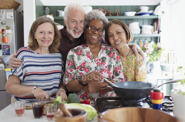 Портрет щасливі активних старшим друзів приготування їжі на кухні — стокове фото