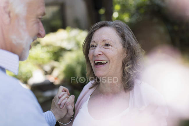 Feliz, carinhoso casal sênior no jardim — Fotografia de Stock