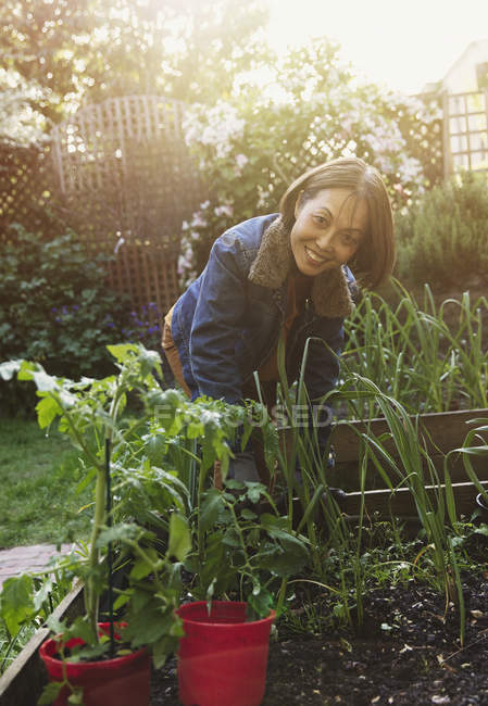 Portrait smiling active senior woman gardening — Stock Photo