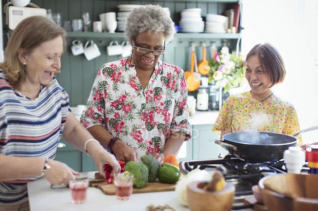 Старші жінки друзів, приготування їжі на кухні — стокове фото