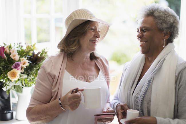 Щасливі старші жінки друзі, насолоджуючись кава — стокове фото