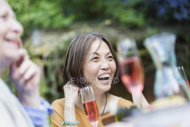 Сміючись старші жінки користуються сад партії — стокове фото