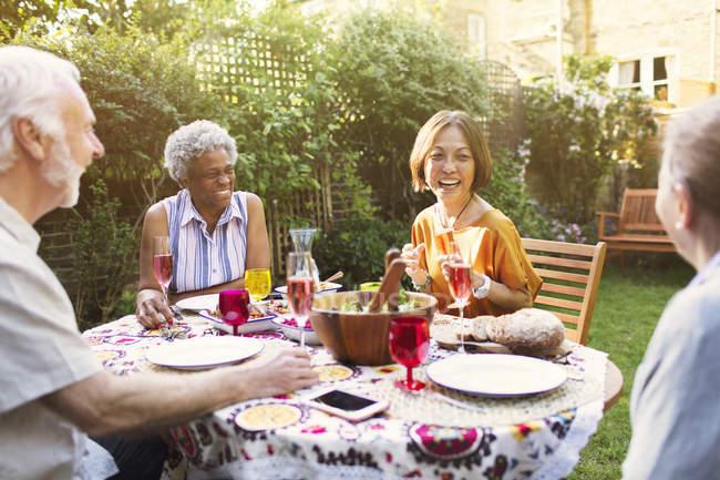 Aktive Senioren genießen Gartenparty — Stockfoto