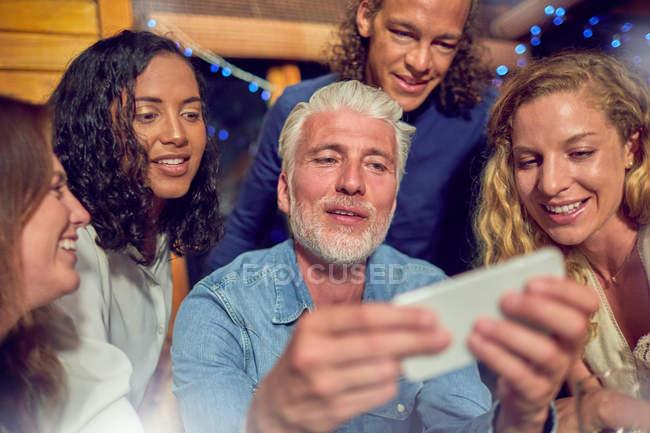 Freunde mit Smartphone — Stockfoto