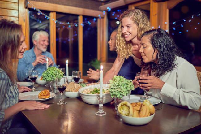 Abendessen in Kabine genießen Freunde — Stockfoto