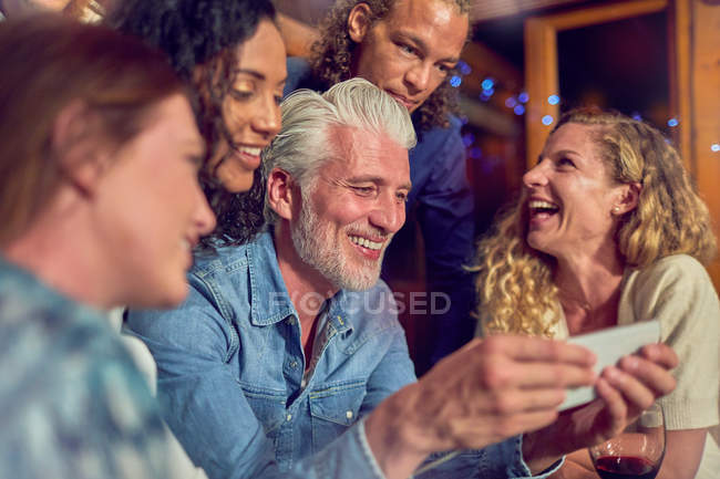 Friends using smart phone — Stock Photo