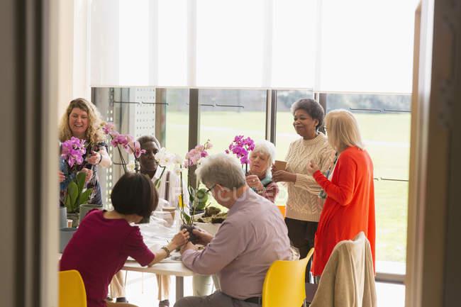 Активних людей похилого віку, насолоджуючись букета класу в общинний центр — Stock Photo