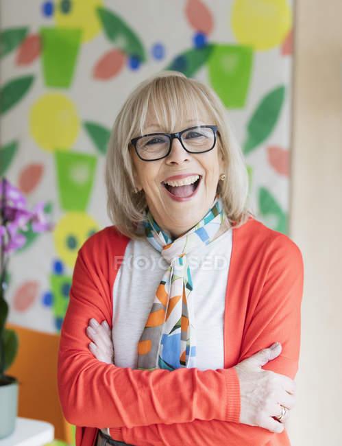 Ritratto felice, entusiasta donna anziana attiva — Foto stock