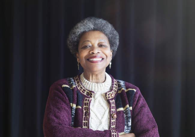 Retrato confiante, sorrindo mulher sênior afro-americana — Fotografia de Stock