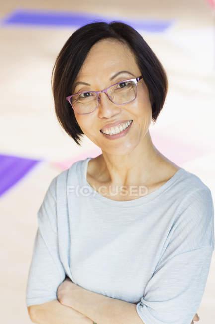 Porträt lächelnde ältere asiatische Frau — Stockfoto