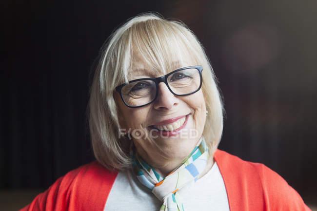 Портрет улыбается, уверенная пожилая женщина — стоковое фото
