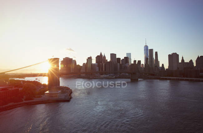 Veduta panoramica di New York e Brooklyn Bridge al tramonto — Foto stock