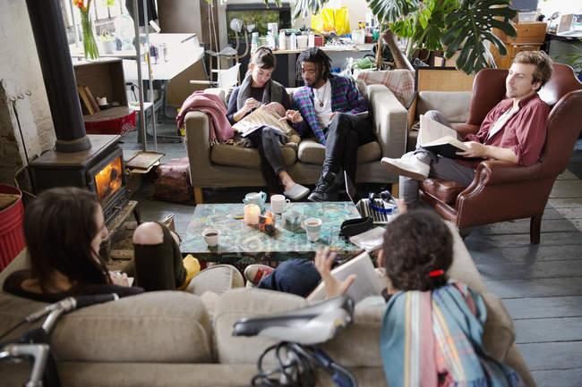 Compagni di stanza studente Collegio studiando e hanging out in appartamento soggiorno — Foto stock