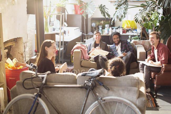 Giovane studente compagni di stanza Collegio studiando e hanging out in appartamento luminoso soggiorno — Foto stock